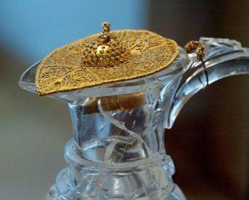 Tapa de un jarrón de cristal de roca en forma de pájaro con las alas hechas de filigrana de oro