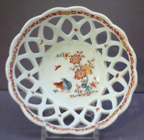Cesta con calado de porcelana de Bow inglesa de mediados del siglo XVIII.